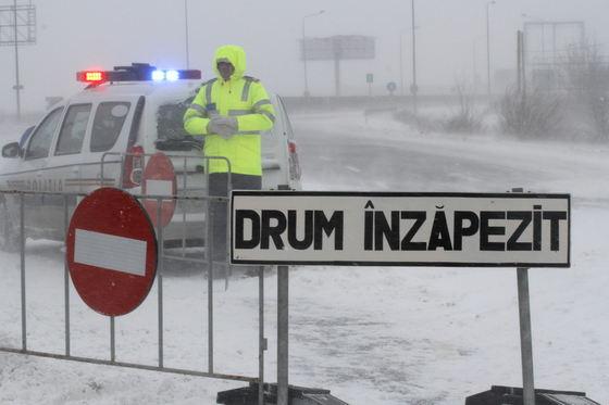 SITUAŢIA DUMURILOR. Viscol în mai multe zone din ţară: Drumuri închise şi restricţii din cauza ninsorii puternice