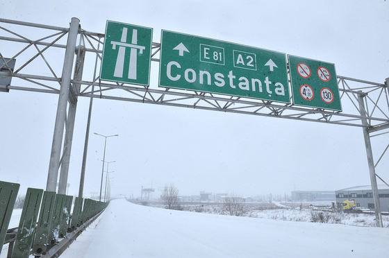 Ninge pe Autostrada Soarelui, o parte a carosabilului este acoperită de zăpadă