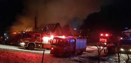 INCENDIU MARE în Capitală: Şase locuinţe din cartierul Apărătorii Patriei au fost cuprinse de flăcări. O persoană, transportată de urgenţa la spital