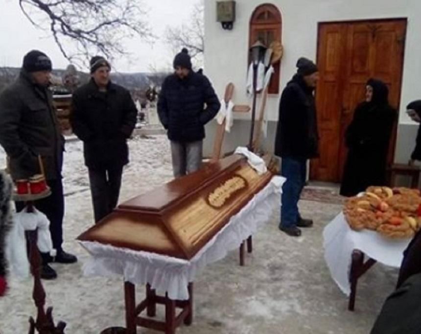 O decedata din Bacău ținută în fața bisericii pentru că era prea săracă