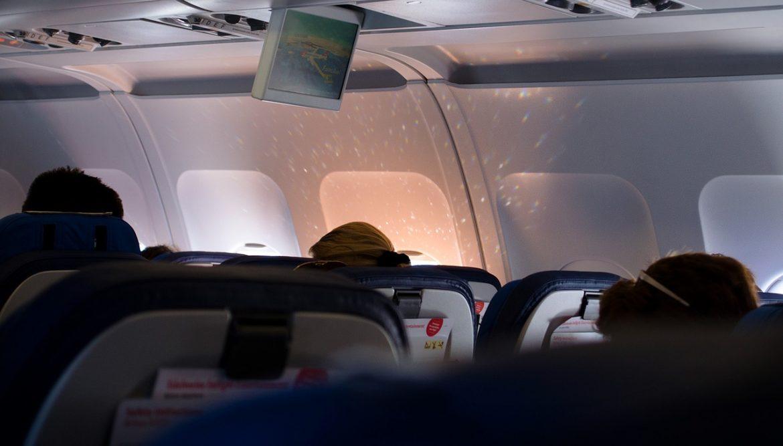 Un avion a aterizat de urgență, din cauza unui pasager care trăgea vânturi în avion!