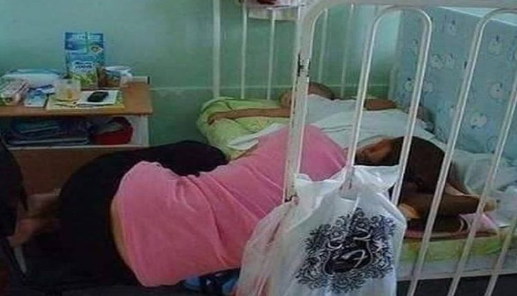 De necrezut! Cum se odihnesc mamele care își însoțesc copii în spital