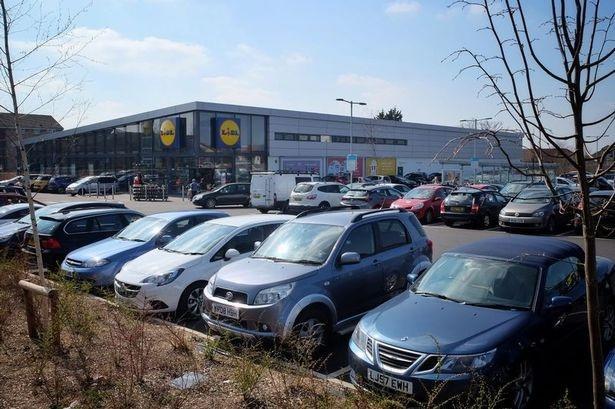 Mașinile o iau razna în această parcare