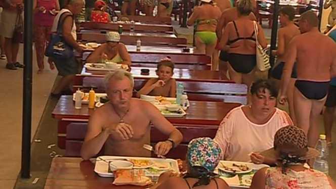Mai mulți patroni de restaurante și hoteluri nu acceptă în locații oameni îmbrăcați sumar Lipsa de inhibiție pe care o afișează pe străzi turiștii îi stânjenește pe mulți dintre localnici. Mulți clienți ai restaurantelor de pe litoral și administratori ai hotelurilor s-au plâns de ținuta anumitor turiști.