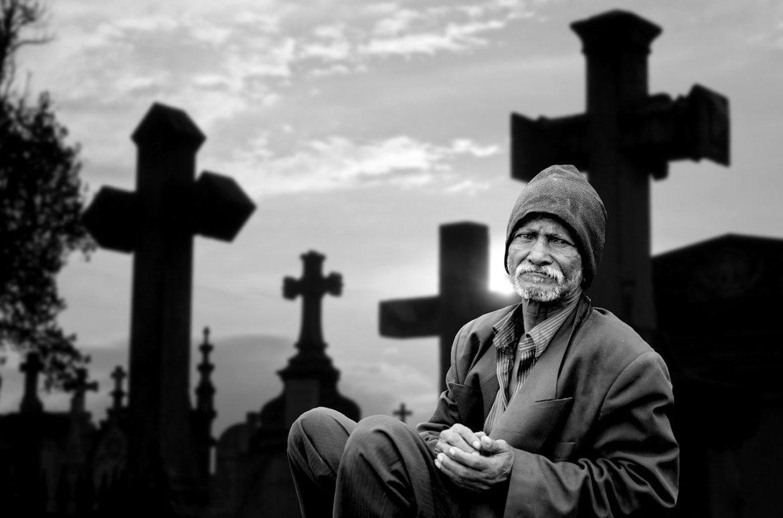 Întâmplare stranie într-un cimitir. Preotul i-a zis că este nebun!