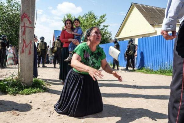 "Romii intorsi din strainatate fac scandal in Romania ca nu le da statul bani pe degeaba. ""Au intrat peste noi in primarie"""